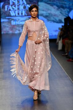 Parul & Ashie at Lotus Make-Up India Fashion Week spring/summer 2020 Ethnic Wear Designer, Indian Designer Outfits, Designer Dresses, Stylish Sarees, Stylish Dresses, Stylish Outfits, India Fashion Week, Lakme Fashion Week, Western Dresses For Women