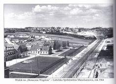 ul. Głęboka 1964 r. Zdjęcie było umieszczone w książce o LSM z okazji 50-lecia spółdzielni. Po lewej stronie wyrobiska cegielni z ul. Glinianej.