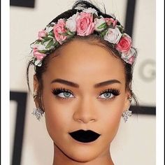 Rihanna on natural hair with flower hair band, her eyes are killing. Her make up though. Beauty Makeup, Hair Makeup, Hair Beauty, Pink Makeup, Flawless Makeup, Fenty Rihanna, Rihanna Makeup, Rihanna Lipstick, Rihanna Vogue