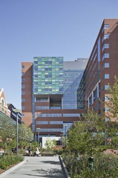 Image 4 of 11 from gallery of The Johns Hopkins Hospital / Perkins+Will. Photo: Arch Photo, Inc. Hospital Architecture, Healthcare Architecture, Contemporary Architecture, Architecture Design, Health Care Hospital, Johns Hopkins Hospital, Building Skin, Medical Field, Medical School