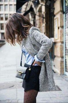 Tenue: Blazer en laine gris, Chemise de ville bleu clair, Minijupe , Sac bandoulière en cuir noir