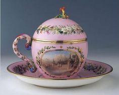 Tatlı hokkası  Fransız-Sèvres, 1845  Yük: 16 cm, kupa çapı: 12 cm, tabak çapı: 23 cm  Topkapı Sarayı Müzesi, env. 26/4459