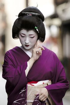Geiko Fukunao, by Onihide Geiko and Geisha, Performing Artists. Geisha, or 'geiko' as they are called in Kyoto, are performing artists. Yukata, Kyoto, Geisha Japan, Kabuki Costume, Memoirs Of A Geisha, Modern Pictures, Epic Pictures, Turning Japanese, Japanese Aesthetic