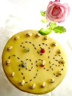Bee Cake with Dulce de Leche