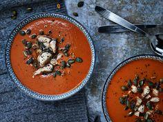 Punaisella currytahnalla ja kookoksella maustetusta linssi-kanasopasta saat paljon proteiinia ja mausteista lämpöä pakkaspäivään.