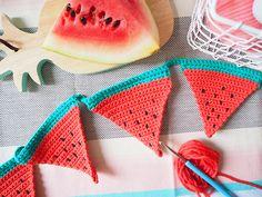 DIY : une guirlande de fanions pastèque au crochet | Les Moustachoux