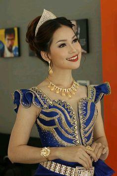 idée pour karakou Thai Fashion, Blue Fashion, Fashion Pants, Look Fashion, African Print Dresses, African Fashion Dresses, Traditional Fashion, Traditional Dresses, Pretty Dresses