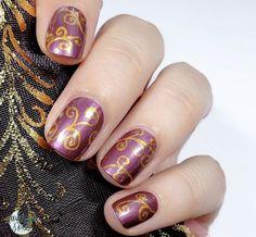 """Mes courbes ne sont pas des plus arrondies et délicates mais j'apprends à dompter Monsieur Henry, mon nouveau, tout beau, tout neuf, tout toufu pinceau de détail 😄. (Essence """"Princess Jasmine Choice"""", peinture Ra Nails Gold, pinceau Roubloff détail 00, top coat HK Girl) #npa #nailpolish #nails #nailpolishaddict #nailart #nailstagram #essence #essencecosmetics #princessjasminechoice #paintnails #oriental #vegan #crueltyfree #orientalnail"""