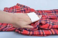 Come togliere i pelucchi dagli indumenti. Non solo l'uso ma anche il modo in cui laviamo gli indumenti possono causare la comparsa di pelucchi, che, oltre a mostrarne l'usura, si ripercuotono anche sul nostro look finale. Se vogliamo mantener...