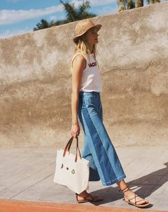 madewell wide-leg crop jeans worn with the embroidered vacation tank + canvas transport tote. Denim Fashion, Look Fashion, Womens Fashion, Jean Moda, Estilo Jeans, Look Jean, Trendy Summer Outfits, Trendy Swimwear, Wide Leg Denim