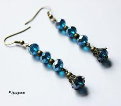 boucles d'oreilles perles à facettes bleues très brillantes sur supports bronze  : Boucles d'oreille par kipapee