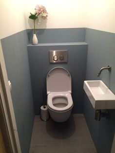 Look inside . a green kitchen and blue toilet in Oog in Al, Utrecht - Look inside … a green kitchen and blue toilet in Oog in Al, Utrecht - House Bathroom, Interior, Home, Small Toilet Room, Modern Bathroom Design, Small Toilet, Small Bathroom, Bathroom Design, Downstairs Toilet