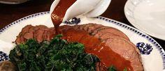 Gåsmiddag är en klassiker bland annat i Skåne. Här serverad med rödkål och andra goda tillbehör.
