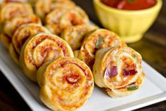 Easy Pizza Pinwheels Recipe -these make the perfect afternoon snack or lunch!I'm Kristin, back again with a fun and delicious snack idea. These Pizza Pinwheels are super easy to make, can be adapted … Tapas, Yummy Snacks, Yummy Food, Fingers Food, Pizza Pinwheels, Pinwheel Recipes, Snacks Für Party, Pizza Snacks, Party Appetizers