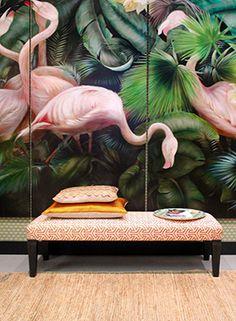 Wij zijn nog lang niet flamingo-moe. Zeker nu roze in opkomst is in het interieur, zien we deze paradijsvogel nog graag in huis om de boel op te fleuren.