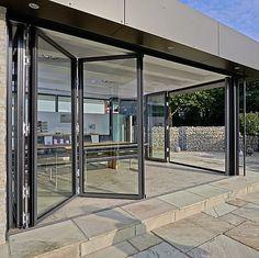 Alluminio, heat-insulated secondo l'ultima regolazione economizzatrice d'energia tedesca (EnEV)Lo SL 82 è un portello di vetro piegante heat-insulated con uno sguardo all-glass e una superficie di vetro esterna piana. Questo prodotto innovatore...
