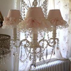 dcoration de charme shabby chic dcoration romantique coussin broderie monogramme volant chanvre peinture lampe p antique and vintage linens in use