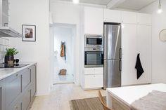 Få inspiration til hvordan du kan indrette køkkenet med en blanding af marmor, messing og grå skabe. En smagfuld, anderledes og moderne køkkenindretning.