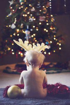 Ho ho ho ! Un mini renne devant le sapin scintillant ! /// #photo #enfant #déguisement #noel #premiernoel #petitenfant #toutpetit #mignon