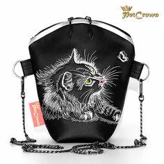 Ein besonderes Highlight an der Umhängetasche / Schultertasche Ladybag sind die zeitaufwendig gearbeiteten Stickmotiv. Das gestickte Motiv der Katze leuchtet bei Nacht und macht die Tasche zu einem Blickfang. Am Boden der Tasche sind 4 Bodennägel angebracht um das Leder zu schonen. Die Umhängetasche Ladybag ist ein kleines Raumwunder und optisch einmalig. Drawstring Backpack, Backpacks, Bags, Fashion, Unique Bags, Artificial Leather, Night, Boden, Handarbeit
