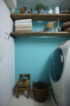 <p>古材の棚は入居後にDIY。こんな棚があったら、脱衣所だって飾りたくなってしまう。</p>