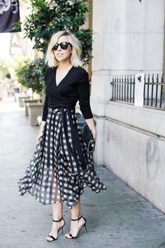 look pb lindo e feminino com saia midi quadriculada, sandália de tiras finas e blusa transpassada