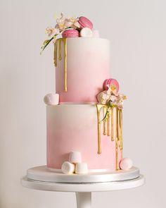 Gold Drip Marshmallows And Macaron Wedding Cake by The Cotswold Cake Kitchen……. Gold Drip Marshmallows und Macaron Hochzeitstorte von The Cotswold Cake Kitchen …… Wedding Cake Roses, Beautiful Wedding Cakes, Beautiful Cakes, Amazing Cakes, Macaron Wedding, Bolo Drip Cake, Drip Cakes, Pretty Cakes, Cute Cakes