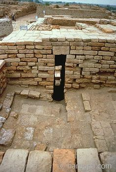 Almost every house unit at Mohenjo-daro was equipped with a private bathing area with drains to take the dirty water out into a larger drain that emptied into a sewage drain. Ancient World History, History Of India, Harappan, Mohenjo Daro, Indus Valley Civilization, Story Of The World, The Secret History, Ancient Ruins, Ancient Civilizations
