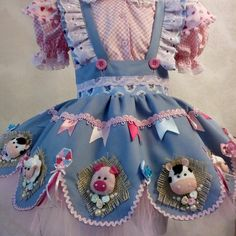 Vestido quadrilha com chapéu no Elo7 | Fantasias e Coisinhas (969681) Baby Girl Fashion, Kids Fashion, Baby Sewing Projects, Paper Crafts For Kids, Kids Wear, Celine, Baby Dress, Doll Clothes, Girl Outfits