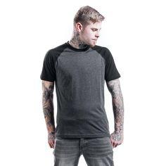 """La camiseta de color antracita """"Raglan Contrast Tee"""" de Urban Classics no lleva ningún dibujo y un corte muy favorecedor para cualquier ocasión. No solo para minimalistas: simple pero para nada aburrida."""