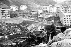 """Postazione di mitragliatrici a Fiume in attesa del """"nemico"""" italiano.(1920)"""