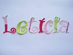 A combinação de estampas e cores cria um efeito lúdico que é perfeito para as crianças de todas as idades. Um presente perfeito para todas as épocas, e ainda mais no natal.  REMOVÍVEL, IMPERMEÁVEL Com corte perfeito e NÃO desfia  O nome da criança feito com adesivos de tecido pode ser colocado na porta do quarto, na parede, em um quadro, acima da cabeceira da cama e em muitos outros lugares.  Altura das letras: 6cm - 7,00 10cm - 11,00 15cm - 14,00 20 cm - 18,00  As letras