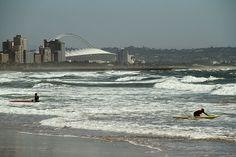 Estádio Moses Mabhida, ao fundo, visto da South Beach, uma das opções de praia de Durban, na África do Sul