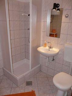 Master bathroom designs small spaces small bathroom remodel designs inspiring small space bathroom design designs very ideas extremely bathrooms small Very Small Bathroom, Modern Small Bathrooms, Small Space Bathroom, Tiny Bathrooms, Simple Bathroom, Modern Bathroom Design, Small Spaces, Small Bathtub, Compact Bathroom