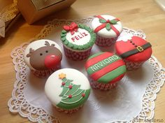 59 trendy ideas for cupcakes fondant navidad Fondant Cupcake Toppers, Deco Cupcake, Cupcake Cakes, Christmas Deserts, Noel Christmas, Christmas Goodies, Christmas Baking, Christmas Cakes, Christmas Cupcakes Decoration