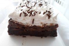 Postre tentación de chocolate Bizcocho de chocolate,arequipe y merengue