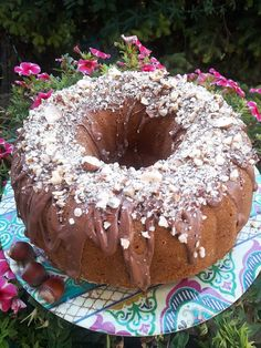"""Η Συνταγή είναι από κ.  Karolina Mega – """"ΟΙ ΧΡΥΣΟΧΕΡΕΣ / ΗΔΕΣ"""".    Σκέτη απόλαυση και κόλαση το κέικ, που σκίζει από γεύση αλλά και εμφάνιση..    Υλικά:  500 γρ αλεύρι Γ.Ο.Χ  2 κουτ.γλυκου μπεικιν παουντερ  1 κουτ.γλυκου σόδα μαγειρικής  150 γρ. Mini Chandelier, Doughnut, Sweets, Cake, Desserts, Lamps, Greek, Recipes, Food"""