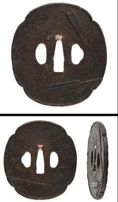 Edo On the round shape iron Tsuba, arrows are engraved.
