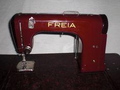 """Tragbare Freiarm-Koffernähmaschine mit Kniehebel der Marke Mewa, Modell «Freia»aus rot/braunen Bakelit mit Beschreibung und Zubehör, Seriennummer 267254.Volkseigener Betrieb Mewa, Ernst-Thälmann-Werk, Suhl, 50er Jahre.Ernst Fischer entwickelte die erste Freiarmnähmaschine in Deutschland in den 40erJahren, gebaut wurde sie von den Ernst-Thälmann-Werken ab den späten 40er Jahren (Produktionszahlen von 1951 bis 1955 ca. 95.000 Stück), unter dem Namen """"Freia"""" fürdie sozialistischen, unter dem…"""