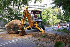 Bongkah batu 12 tan jatuh di Jalan Paya Terubong   BAYAN LEPAS: Bongkah batu dianggarkan seberat 12 tan dilaporkan jatuh secara tiba-tiba dan menghalang lalulintas di Jalan Paya Terubong di sini hari ini.  Dalam kejadian kira-kira jam 1 petang itu bongkah batu runtuh dari tebing bukit namun ia tidak menimpa kenderaan yang lalu lalang di laluan tersebut.  Kejadian itu menyebabkan kesesakan trafik sejauh tiga kilometer di kedua-dua belah arah jalan berkenaan.  Tiada kecederaan dan kerosakan…