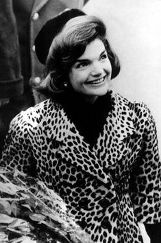Jackie Kennedy wears an Oleg Cassini leopard-print jacket in Jacqueline Kennedy Onassis, Jackie Kennedy Style, Les Kennedy, Jaqueline Kennedy, John Kennedy, Jackie Sharp, Grace Kelly, Glamour, Jfk