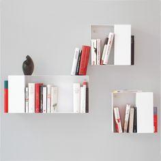 Gib deiner Büchersammlung den gebührenden, einzigartigen optischen Rahmen. Mithilfe der Box Wandregale hast du die Möglichkeit deine Lieblingsbücher entsprechen zu inszenieren und ein einzigartiges, optisches Wandbild zu erzeugen. Hast du einige Bücher, die du bereits zig Mal gelesen hast, aber du dich dennoch nicht von ihnen trennen willst? Kein Problem, den diese Bücher finden ihren Stellplatz in den Seitenfächern und sind somit erst auf den zweiten Blick auffindbar. Die Box Wandregale…