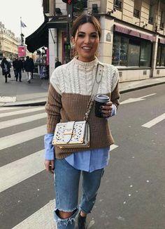 Negin Mirsaehi, sobreposição, suéter sobre camisa social azul, calça jeans rasgada no joelho, ankle boot, botinha preta