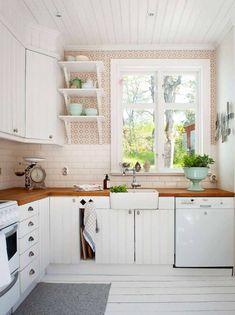 SNICKARGLÄDJE I SKÄRGÅRDEN: Köket har fått ommålade luckor och porslinsho från Ikea. En stor skål från Marocko har fyllts av örter | Lantliv