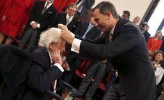Momento en el que el escritor mexicano Fernando del Paso recibe de manos del rey Felipe VI de España el Premio de Literatura en Lengua Castella Miguel de Cervantes 2015, en Alcalá de Henares. 23 de abril de 2016.