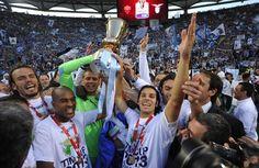 Il cielo romano si tinge di azzurro perchè la Lazio vince il derby e mette nel suo palmares la sesta Coppa Italia della sua storia. Grazie alla vittoria contro i giallorossi, la Lazio parteciperà di diritto alla prossima edizione dell'Europa League e alla finale di Super Coppa italiana ...