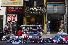 Pasteur, Lavalle y Tucumán se ven plagadas de rollos de tela. Foto: LA NACION /Ezequiel Muñoz