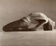 Veruschka in Giorgio di Sant'Angelo Wrap, by Richard Avedon, 1972 Yoga Fitness, Yoga Pictures, Yoga Photos, Pranayama, Yoga Inspiration, Richard Avedon Photography, Richard Avedon Photos, Photo Yoga, Power Yoga