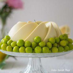 Zitronen-Buttermilch-Gugelhupf » Kochrezepte von Kochen & Küche Butter, Serving Bowls, Fruit, Tableware, Desserts, Food, Dessert Ideas, Cooking Recipes, Essen