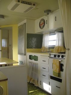 Sunny little camper in yellow. I soooo love yellow in a camper! Vintage Rv, Vintage Caravans, Vintage Travel Trailers, Wedding Vintage, Vintage Stuff, Vintage Kitchen, Little Campers, Retro Campers, Vintage Campers